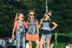 可爱的青少年的女孩创造性的队摆在 图库摄影