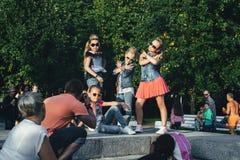 可爱的青少年的女孩创造性的队摆在 免版税库存照片