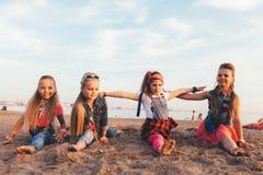 可爱的青少年的女孩创造性的队  免版税库存图片