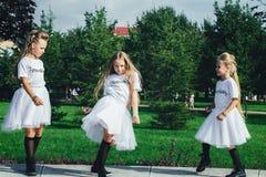 可爱的青少年的女孩创造性的队  库存图片