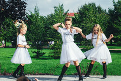 可爱的青少年的女孩创造性的队  免版税库存照片