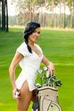 可爱的高尔夫球运动员女孩 免版税库存照片