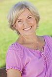 可爱的高级微笑的妇女 免版税库存图片