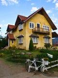 可爱的黄色房子在Pai, Mae Hong Son,泰国 库存照片