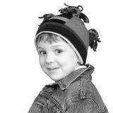 可爱的黑色男孩帽子白色冬天 免版税库存图片
