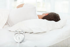 可爱的年轻人早晨小睡 免版税库存照片