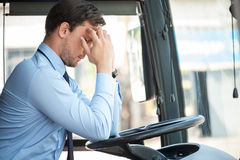 可爱的年轻司机有痛苦在他的头 免版税库存照片