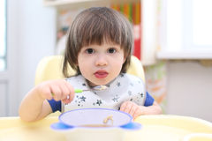 可爱的2年吃汤的男孩 库存照片