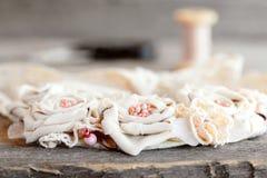 可爱的织品项链 开花由被回收的织品、小珠和鞋带做的项链 妇女` s辅助部件 Upcycled织品项链 免版税库存照片