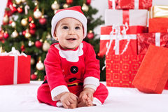 可爱的从圣诞老人的小儿童等待的礼物 免版税库存照片