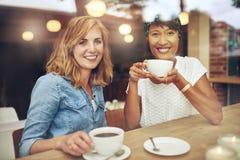 可爱的年轻多种族女性朋友 免版税图库摄影