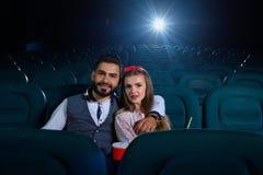 可爱的年轻夫妇在戏院的一个日期 库存照片
