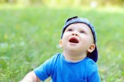 可爱的婴孩在夏天查寻 免版税库存照片