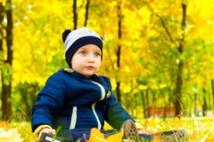 可爱的婴孩在秋天公园 图库摄影
