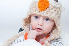 可爱的婴孩感人的面孔猫头鹰帽子 图库摄影