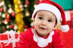 可爱的婴孩查寻的圣诞老人 免版税库存照片