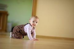 可爱的婴孩爬行的女孩 免版税库存照片