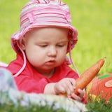 可爱的婴孩要吃红萝卜 图库摄影