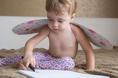 可爱的婴孩画象有蝴蝶的飞过画的五颜六色的铅笔 库存图片