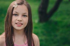可爱的11岁春天特写镜头室外画象青春期前的孩子女孩 免版税图库摄影