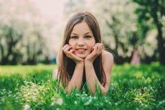 可爱的11岁春天特写镜头室外画象青春期前的孩子女孩 库存照片