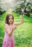 可爱的11岁春天特写镜头室外画象青春期前的孩子女孩 库存图片