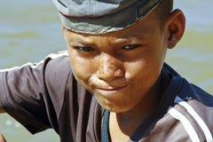 可爱的年轻愉快的男孩-非洲可怜的孩子照片  库存照片
