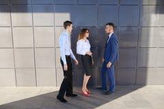 可爱的年轻成人商人,学生遇见和谈论 免版税库存图片