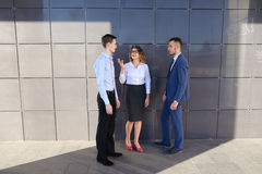 可爱的年轻成人商人,学生遇见和谈论 免版税库存照片
