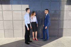 可爱的年轻成人商人,学生遇见和谈论 免版税图库摄影