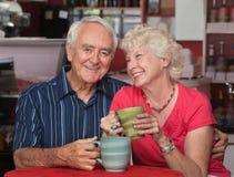 可爱的更旧的夫妇在小餐馆 免版税图库摄影