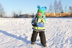 可爱的2年有铁锹的小孩在户外冬天 免版税库存图片