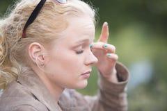 可爱的轻松的年轻白肤金发的妇女 免版税库存图片
