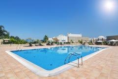 可爱的水池和旅馆与家庭的一个假日。葡萄牙 免版税库存图片