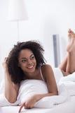 可爱的年轻混血儿女孩在家松弛 免版税图库摄影