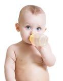 可爱的从瓶的婴孩饮用奶 库存照片