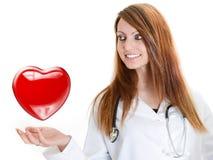 可爱的医生妇女听的心跳 免版税库存图片