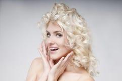 可爱的年轻白肤金发的妇女秀丽画象  免版税图库摄影