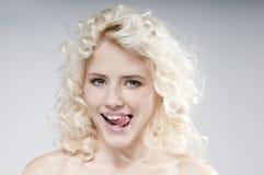 可爱的年轻白肤金发的妇女秀丽画象  免版税库存图片