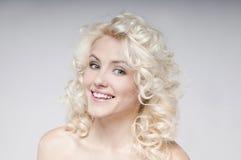 可爱的年轻白肤金发的妇女秀丽画象  免版税库存照片