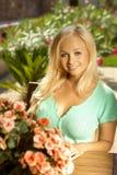 可爱的年轻白肤金发的妇女画象  免版税图库摄影