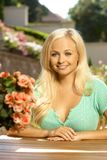 可爱的年轻白肤金发的妇女画象 库存图片