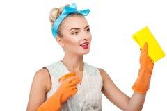 可爱的年轻白肤金发的主妇做着清洁 免版税图库摄影