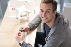 可爱的年轻自由职业者与quadrocopter一起使用 免版税库存照片