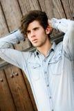 可爱的年轻英俊的人,时尚模型在都市backgro的 免版税图库摄影