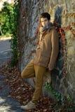 可爱的年轻英俊的人,时尚模型在都市backgro的 库存图片