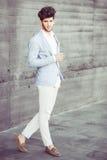 可爱的年轻英俊的人,时尚模型在都市backgro的 免版税库存图片