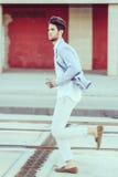 可爱的年轻英俊的人,时尚模型在都市backgro的 图库摄影