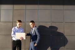 可爱的活跃年轻男性人,商人,学生举行舔 免版税图库摄影