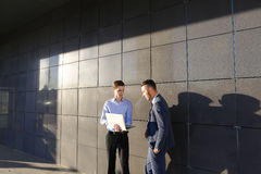 可爱的活跃年轻男性人,商人,学生举行舔 免版税库存图片